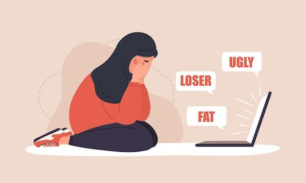 Cyber bullismo. donna araba triste con il computer portatile. concetto di abuso online.