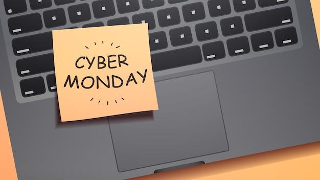 Cyber lunedì vendita scritta su carta per appunti sulla tastiera del laptop shopping online offerta speciale sconti vacanze concetto di e-commerce