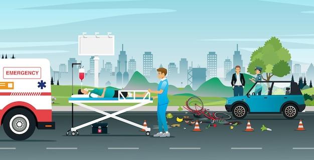 Ciclisti incidenti in collisione con un'auto sulla strada per aiutare