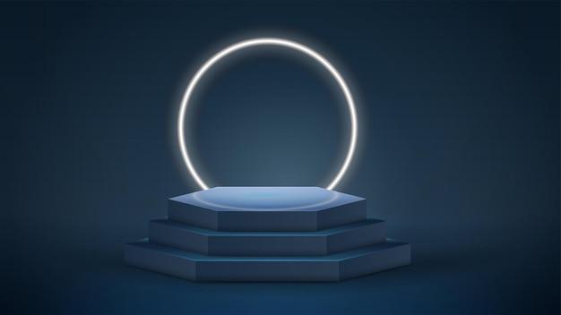 Podio esagonale scuro e blu con anello al neon sullo sfondo nella stanza vuota