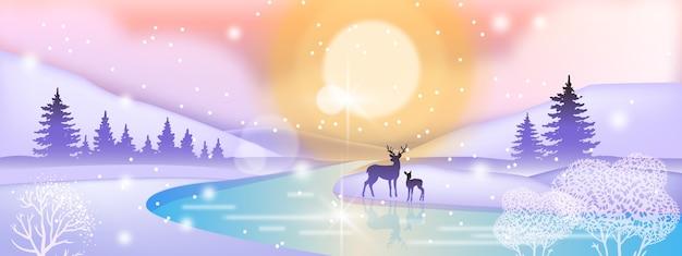Paesaggio invernale di vacanza di giorno con sagoma di cervo, sole del nord, fiume ghiacciato, foresta di pini