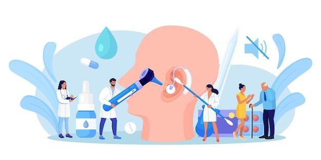 Sordità, perdita dell'udito. i medici controllano la salute dell'orecchio, dell'organo dell'udito. paziente sordo con problemi di udito visita dal medico audiologo per il trattamento. visita medica, esame delle orecchie. grande orecchio con apparecchio acustico