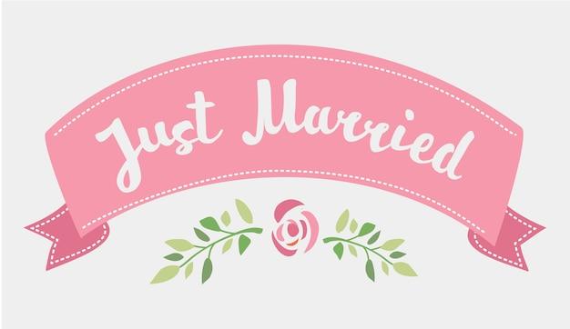Lettering disegnato a mano decorativo del testo just married e nastro rosa isolato su priorità bassa bianca