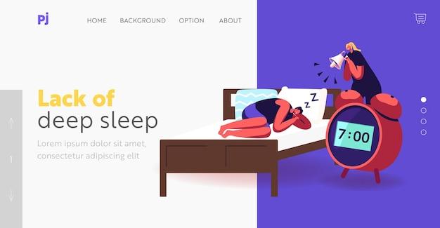 Modello di pagina di destinazione del sonno profondo, dei sogni o del pisolino. piccola donna con megafono sveglia personaggi maschili che dormono sul letto con un'enorme sveglia. la donna fa rumore per il risveglio. fumetto illustrazione vettoriale