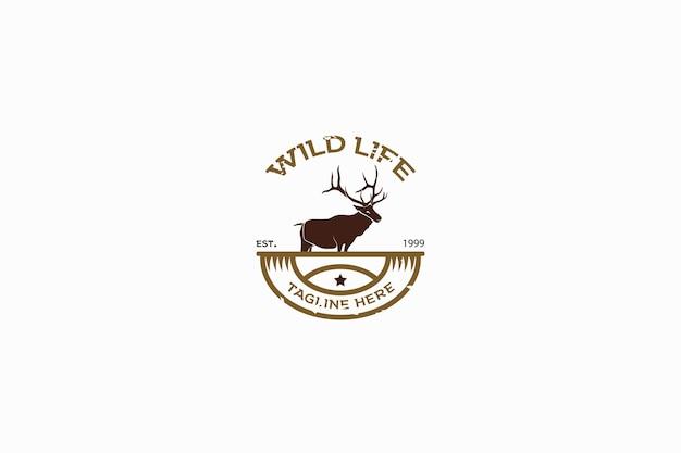 Logo di concetto di emblema retrò vintage dei cervi