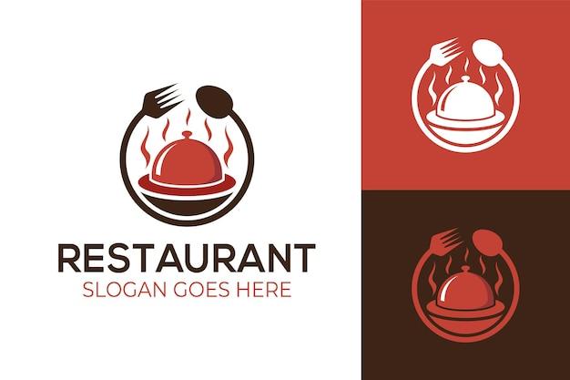 Delizioso cibo caldo o cibo spazzatura con icona di forchetta e cucchiaio per ristorante d'affari, logo piatto catering