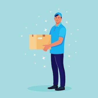 Ragazzo delle consegne con scatola di cartone nelle mani. corriere in cap con pacco