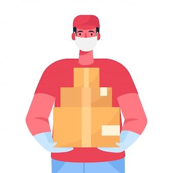 Un fattorino in maschera protettiva medica e guanti tiene una scatola di cartone tra le mani