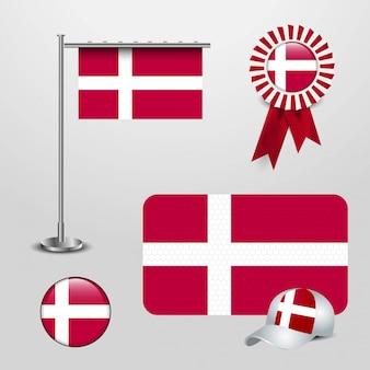 Bandiera del paese della danimarca che appende sul palo, insegna del distintivo del nastro, cappello di sport e bottone rotondo