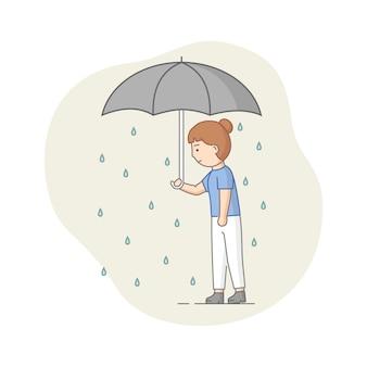 Concetto di depressione. il personaggio femminile soffre di depressione. triste donna in piedi con l'ombrello sotto la pioggia. tempo nuvoloso, occultamento di emozioni.