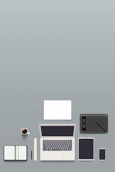 Vista dall'alto sul posto di lavoro del designer