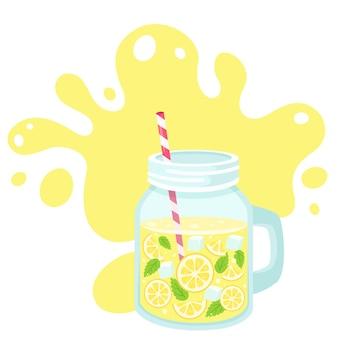 Acqua detox con fettine di limone, cubetti di ghiaccio, menta in barattolo