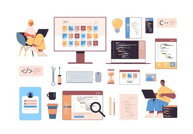 Sviluppo di software e icone di programmazione con sviluppatori web di gara mista che utilizzano laptop che creano codice di programma