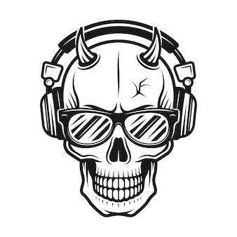 Testa di cranio del diavolo con le corna che indossa occhiali da sole
