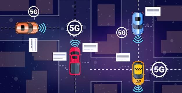 Diverse automobili alla guida del concetto di connessione di sistemi wireless di comunicazione online via 5g