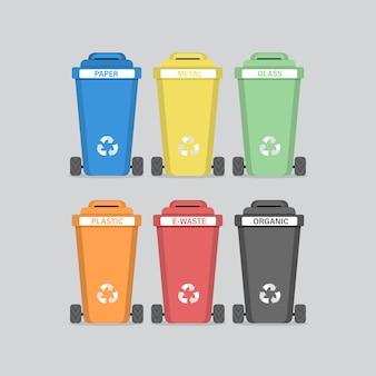 Bidoni della spazzatura colorati diversi. smistamento dei rifiuti per il riciclaggio.