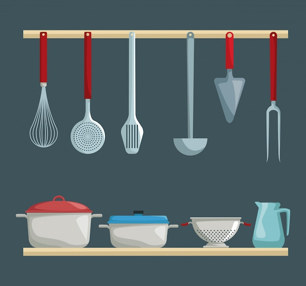 Diversi utensili da cucina appesi e set pentole nella mensola di legno