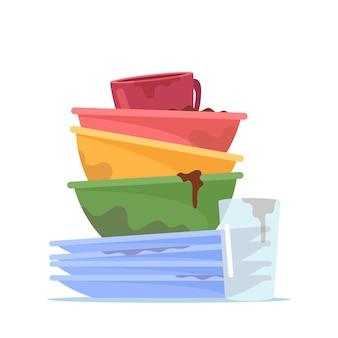 Pila di piatti sporchi, pila di piatti, tazza e bicchiere d'acqua per lavare, utensili antigienici, stoviglie disordinate o stoviglie in ceramica dopo pranzo isolati su sfondo bianco