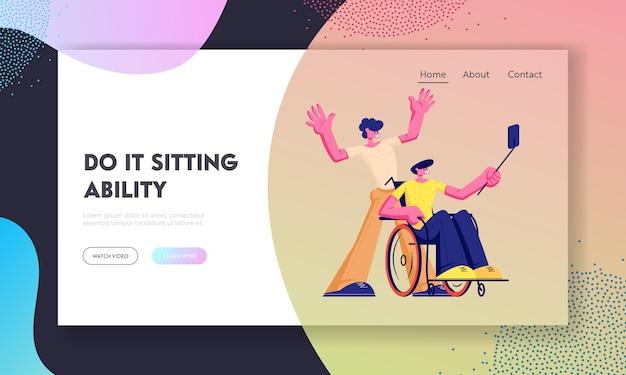 Uomo handicappato disabile in sedia a rotelle che fa selfie su smartphone con il suo amico sano
