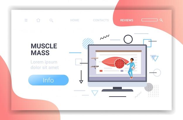 Medico che spiega l'anatomia della presentazione dei muscoli umani sulla massa muscolare dello schermo del computer sanitario