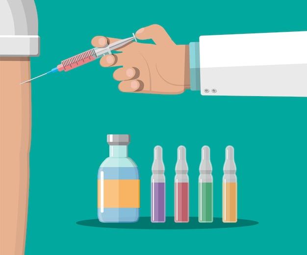 Mano del medico con la siringa, vaccinazione del paziente.