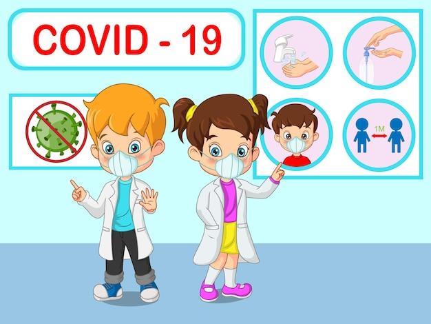 I bambini piccoli del dottore spiegano le infografiche, indossano una maschera per il viso, si lavano le mani, indossano una maschera per il viso, disinfettante per le mani e mantengono le distanze sociali