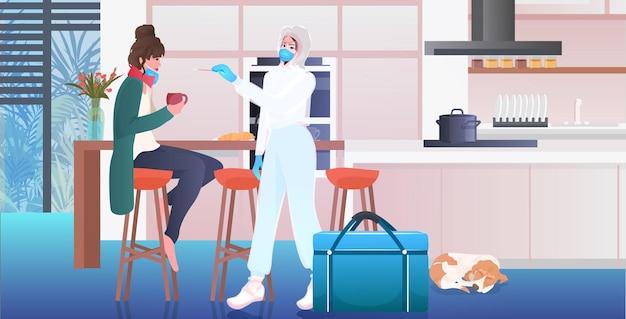 Medico in maschera che esegue il test del tampone per il campione di coronavirus dalla diagnostica pcr della paziente donna