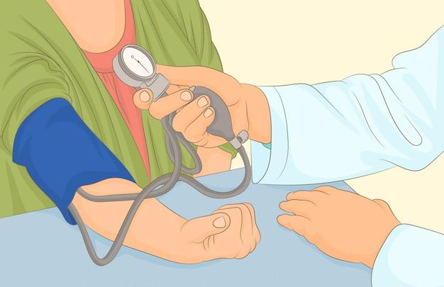 Il medico misura la pressione sanguigna della donna con il tonometro