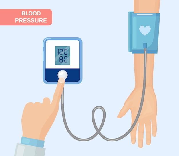Medico che misura la pressione sanguigna del paziente.