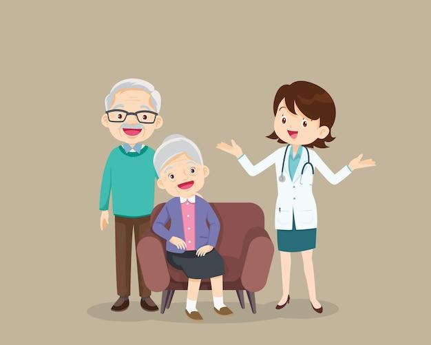 Medico e paziente anziano seduto sul divano