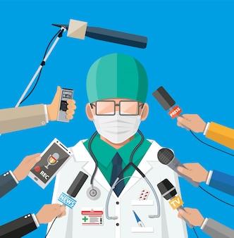 Medico con la maschera che dà discorso alla conferenza