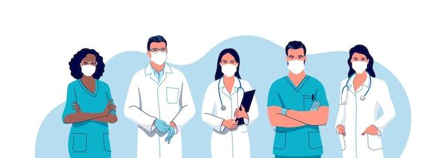 Medici e infermieri che indossano una mascherina chirurgica