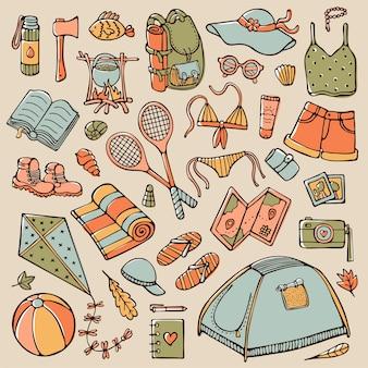 Doodle set di elementi per il turismo estivo e il campeggio