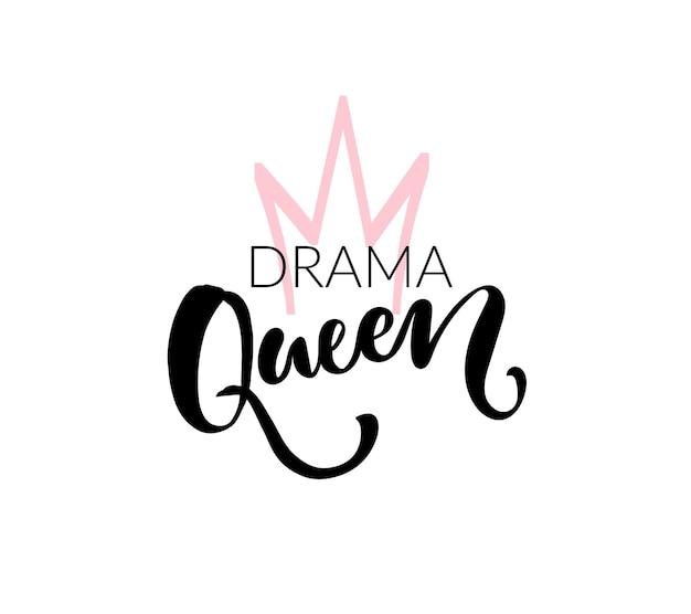 Disegno della stampa della maglietta della regina del dramma. lettering pennello vettoriale e corona disegnata a mano. colori nero e rosa su sfondo bianco.