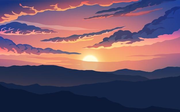 Drammatico cielo al tramonto con silhouette di montagna