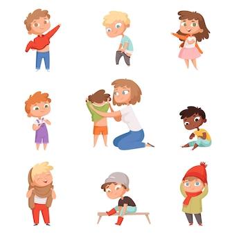 Vestire i bambini. i bambini cambiano vestiti, vestiti e pantaloni con le foto delle scarpe.