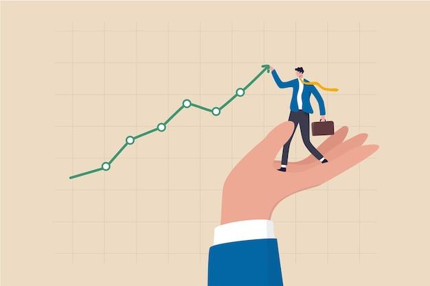 Promuovere la vendita aumentando il profitto, la pianificazione della crescita aziendale, il supporto o l'aiuto per aumentare il reddito o il profitto, la gestione patrimoniale o il concetto di investimento, l'uomo d'affari in piedi sulla mano che aiuta a tirare su il grafico in aumento