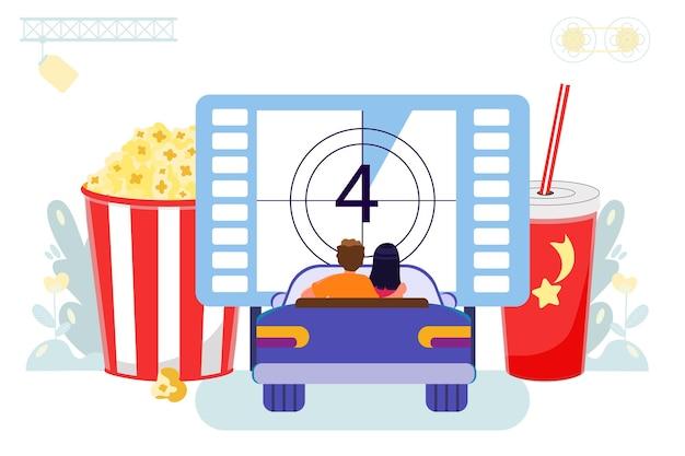 Cinema drivein con parcheggio all'aperto coppia che guarda un film seduti in macchina cinema all'aperto