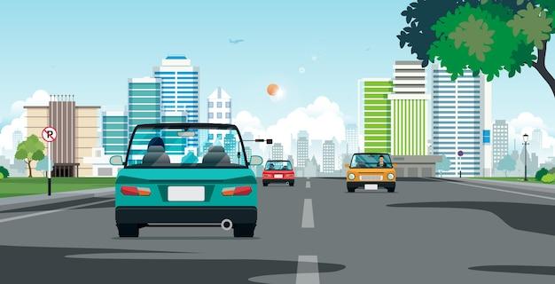 La guida in una città con semafori vicino al sole fa da sfondo