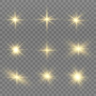 Le scintille di polvere e le stelle dorate brillano di una luce speciale. brilla su uno sfondo trasparente. effetto luce natalizia. scintillanti particelle di polvere magica all'interno