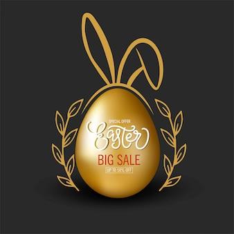 Uovo di pasqua d'oro con orecchie da coniglio, scritte e doodle floreale su fondo nero