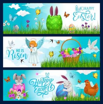 Uova di caccia di vacanza di pasqua, coniglietto e fiori nelle bandiere del cestino di vimini