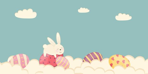 Poster di pasqua e modello di banner con uova di pasqua tra le nuvole su uno sfondo pastello.