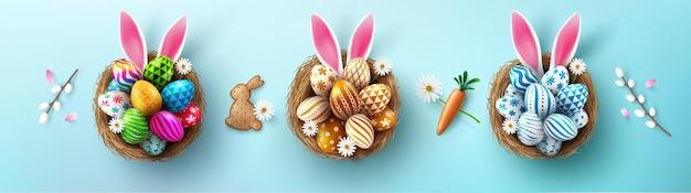 Manifesto di pasqua e modello di banner con uova di pasqua e orecchie di coniglio nel nido su sfondo blu.