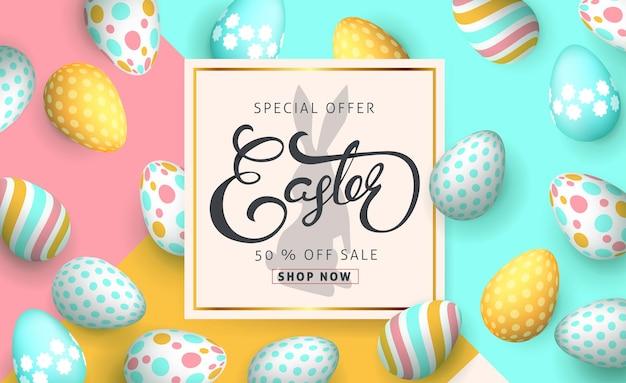 Modello di sfondo banner vendita di pasqua con bellissime uova colorate.