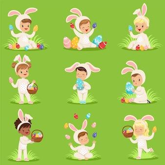 Set di pasqua con uova e bambini in costume da coniglio