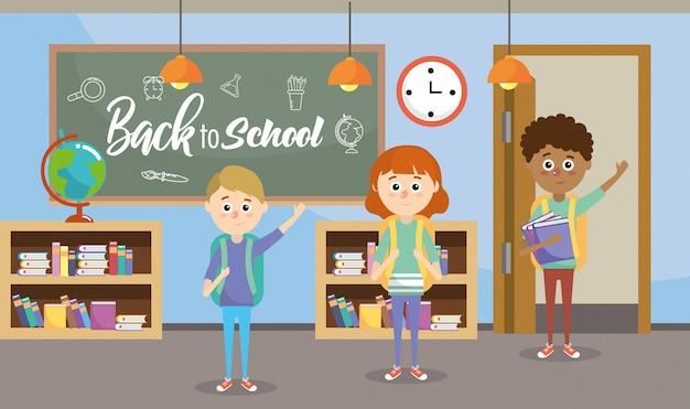 Studenti di educazione in classe con libreria e lavagna