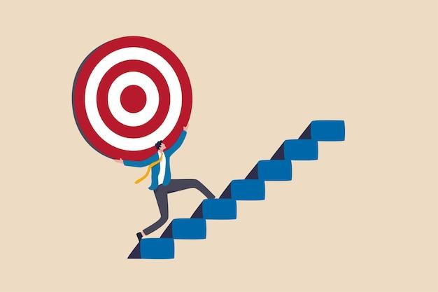 Sforzo e ambizione per raggiungere l'obiettivo o l'obiettivo, sfida per vincere un obiettivo più alto, missione aziendale o concetto di carriera, un forte uomo d'affari porta un grande obiettivo sulla sua spalla salendo le scale.