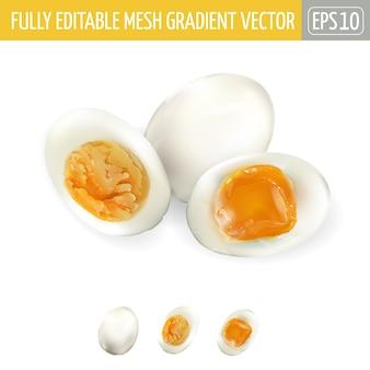 Uova su fondo bianco, sbucciate e tagliate a metà, morbide e mediamente bollite.