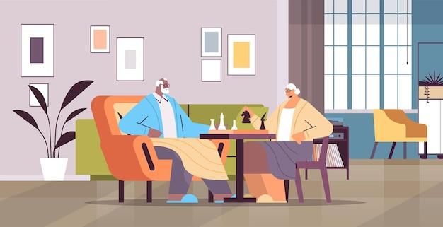 Coppia di anziani che gioca a scacchi uomo anziano donna che trascorre del tempo insieme soggiorno interno orizzontale a figura intera illustrazione vettoriale